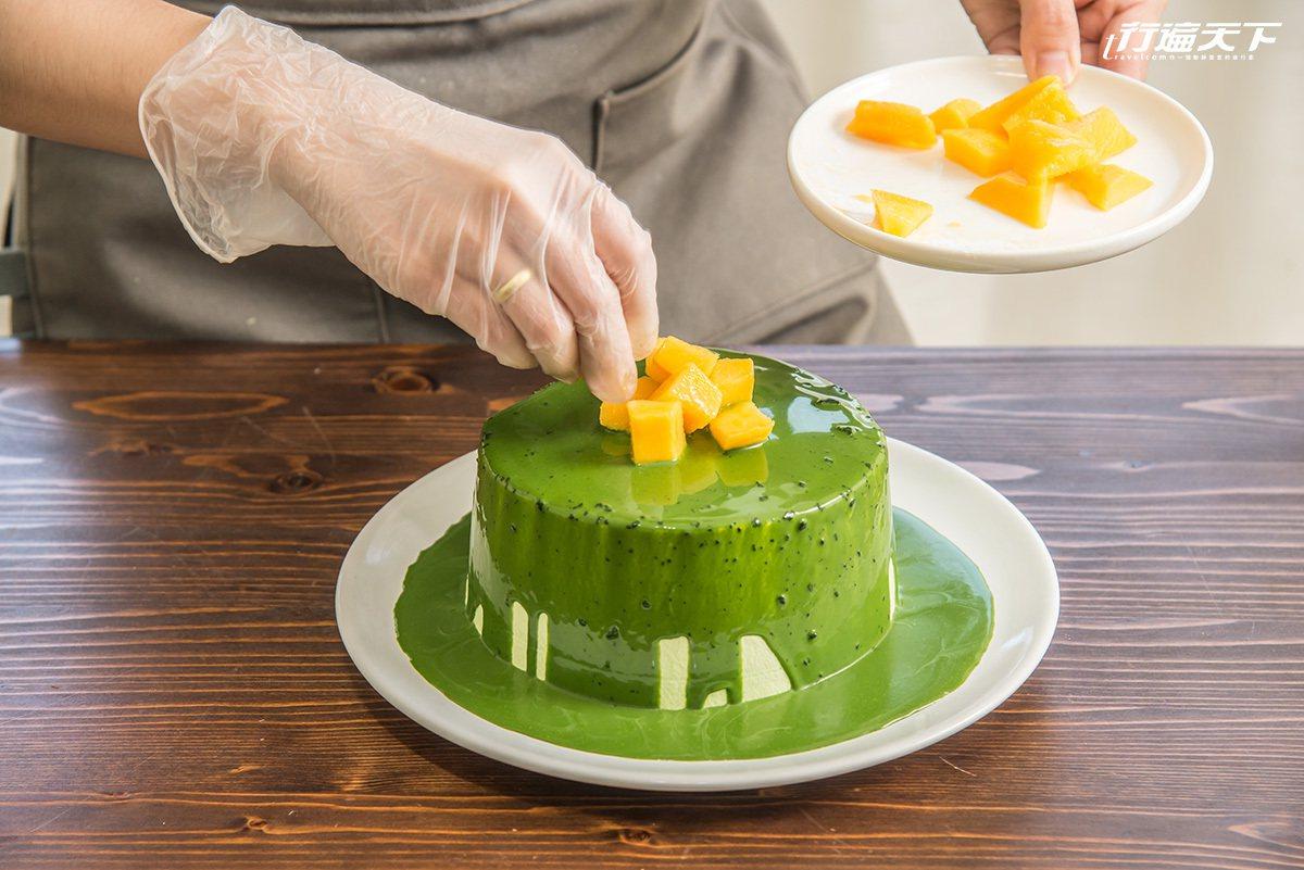 ▲以日本小山園抹茶和台灣夏季產芒果特製的戚風蛋糕,在濃郁的茶香裡帶有清甜果香,回...