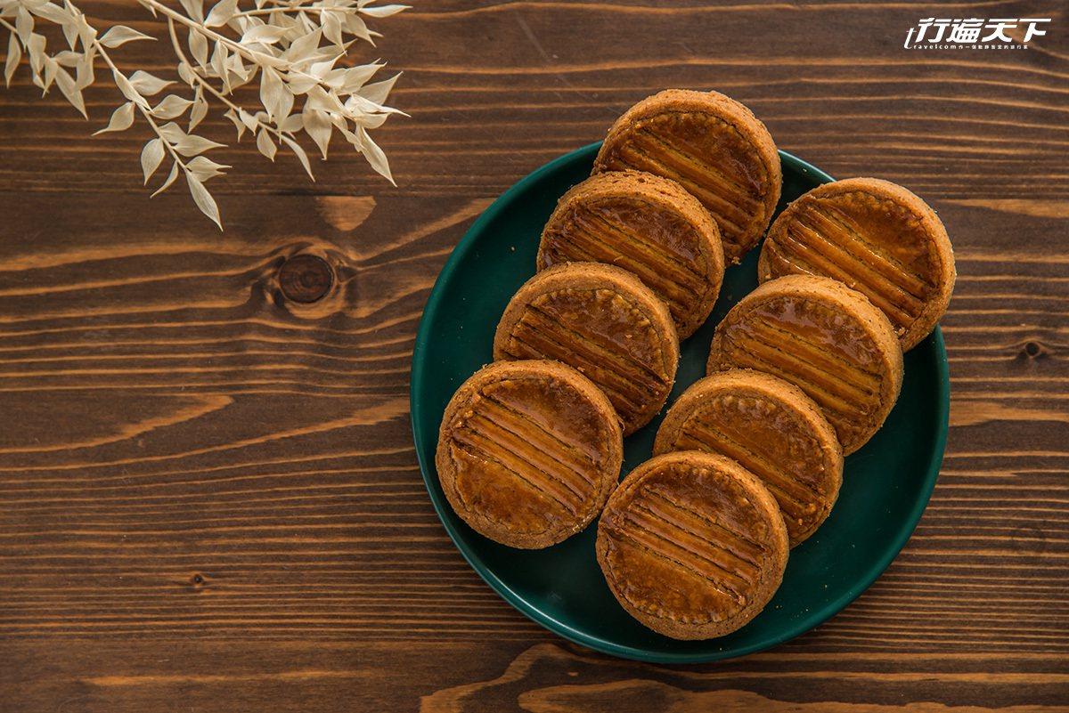 ▲長得像錢幣的布列塔尼酥餅,使用70%苦甜巧克力,並加入些許蘭姆酒和鹹蛋黃,品嚐...