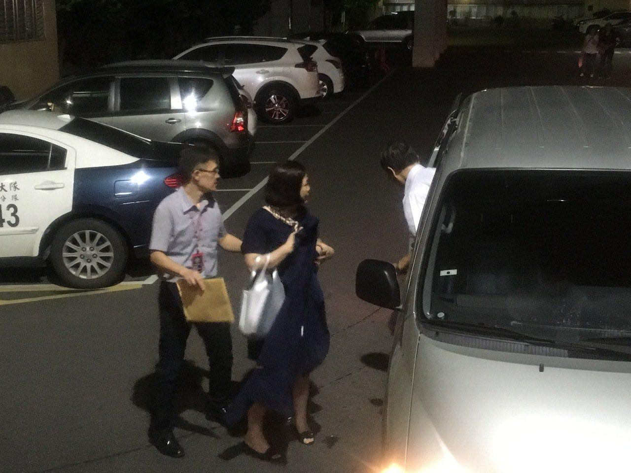 新北市議員高敏慧(右)因涉貪汙重罪,稍早被羈押禁見。記者陳俊智/攝影