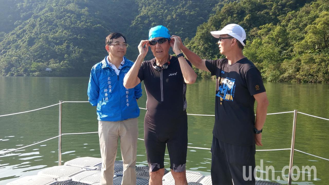 馬英九參加梅花湖鐵人三項的半程比賽,第一項比賽游泳750公尺,正準備下水。 記者...