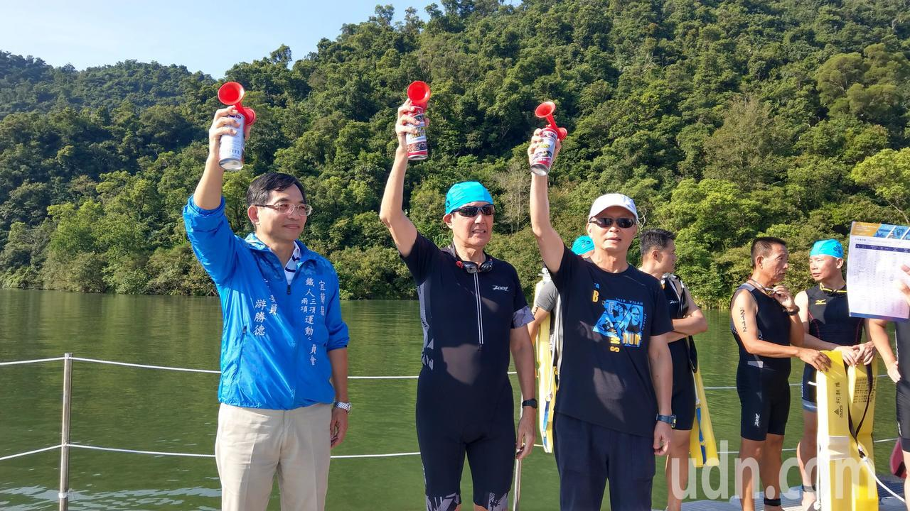 前總統馬英九今天參加 宜蘭梅花湖鐵人三項比賽, 並以貴賓身份鳴笛開賽。記者戴永華...