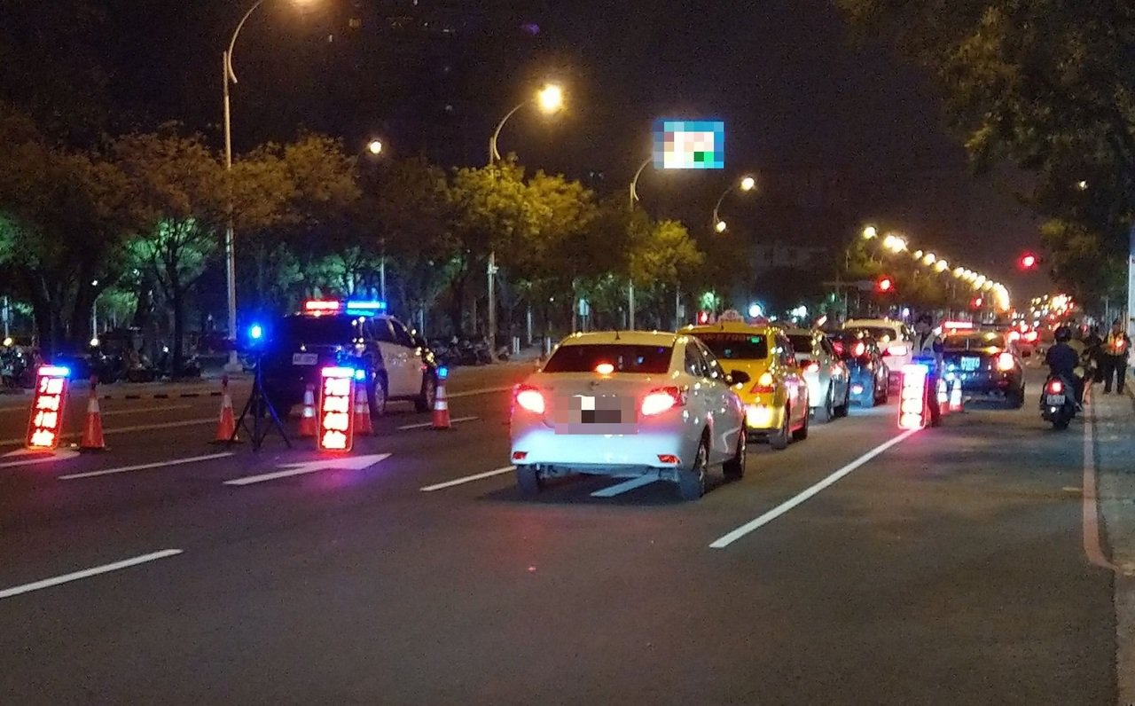 高雄鳳山區南榮路與鳳南路口去年12月凌晨發生車禍,警方發現雙方駕駛皆涉酒駕,但法...