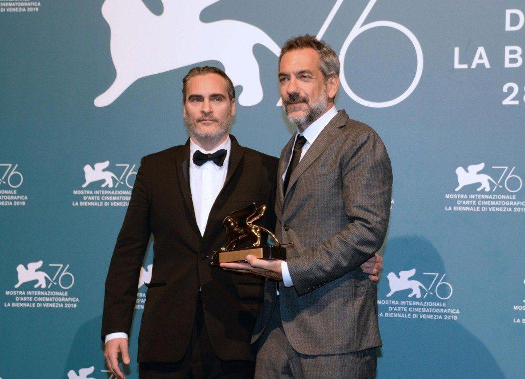 「小丑」導演陶德菲利浦與瓦昆菲尼克斯上台領取威尼斯影展金獅獎。(歐新社)