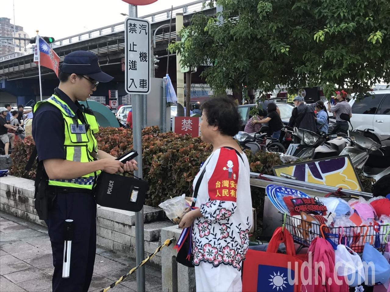 警方針對現場違規擺攤民眾,依違反道路交通管理處罰條例開出罰單。記者柯毓庭/攝影