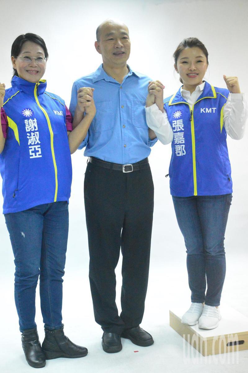 國民黨總統參選人韓國瑜(中)和立委參選人合拍宣傳照。記者施鴻基/攝影