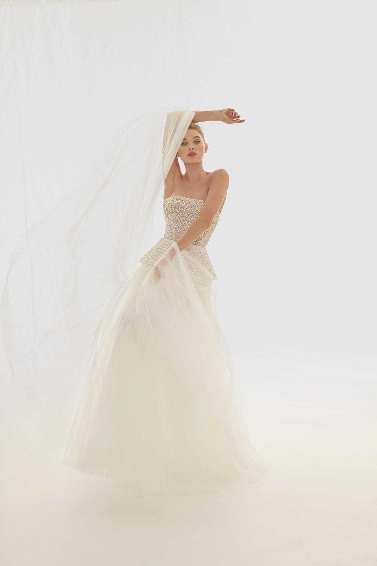 郭碧婷穿上維密天使Elsa Hosk同款馬賽克拼貼白紗。圖/Nicole + F...
