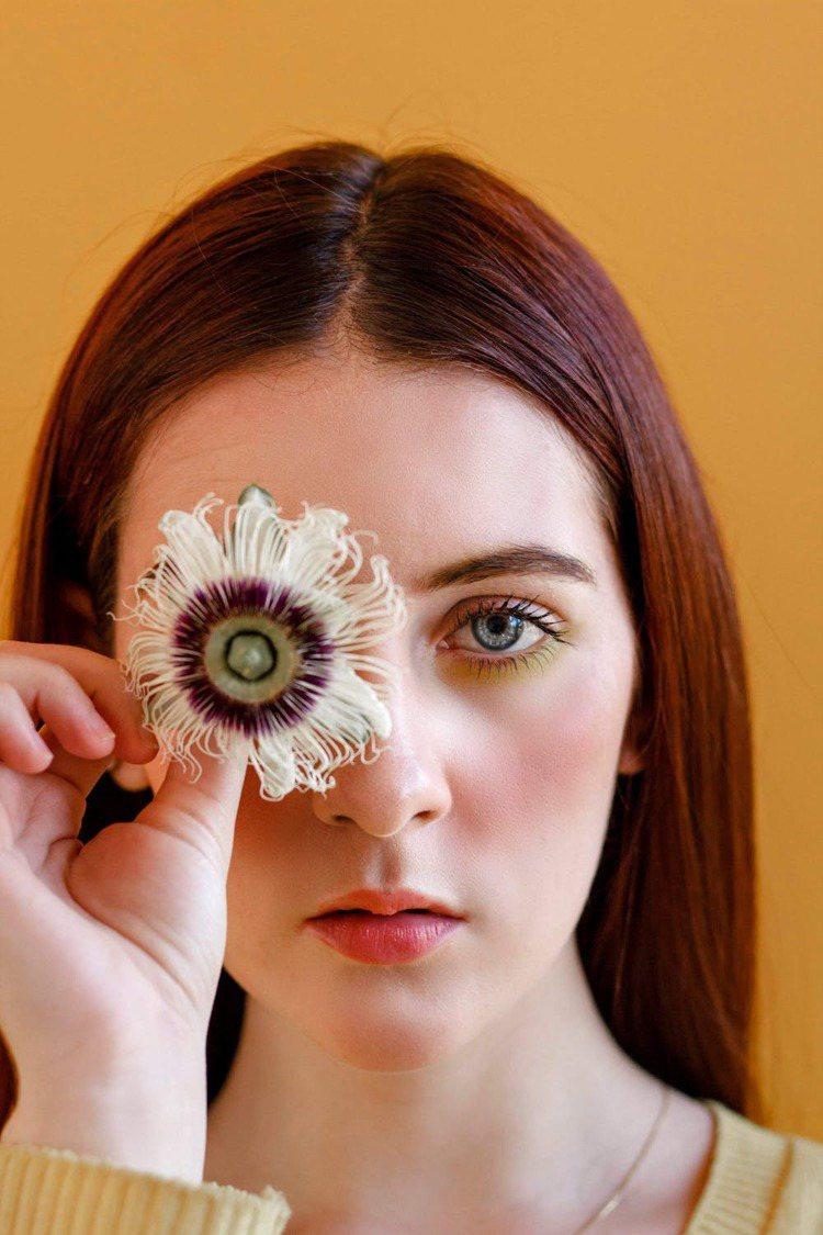 初學者的眼線,建議可以使用眼線筆更完整。圖/摘自 pexels