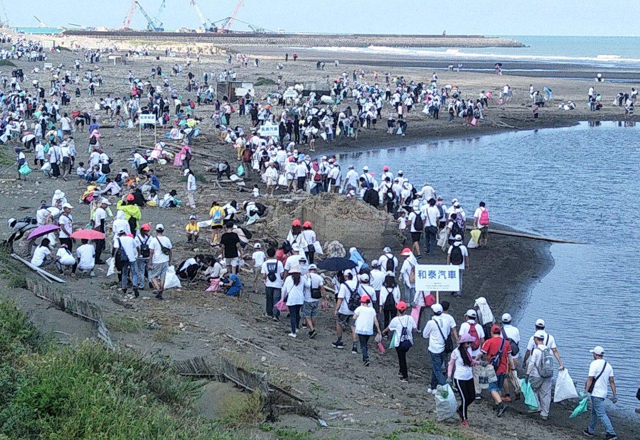 和泰TOYOTA集團全台15縣市16處海岸淨灘減塑總動員,參與員工及志工上萬人在...