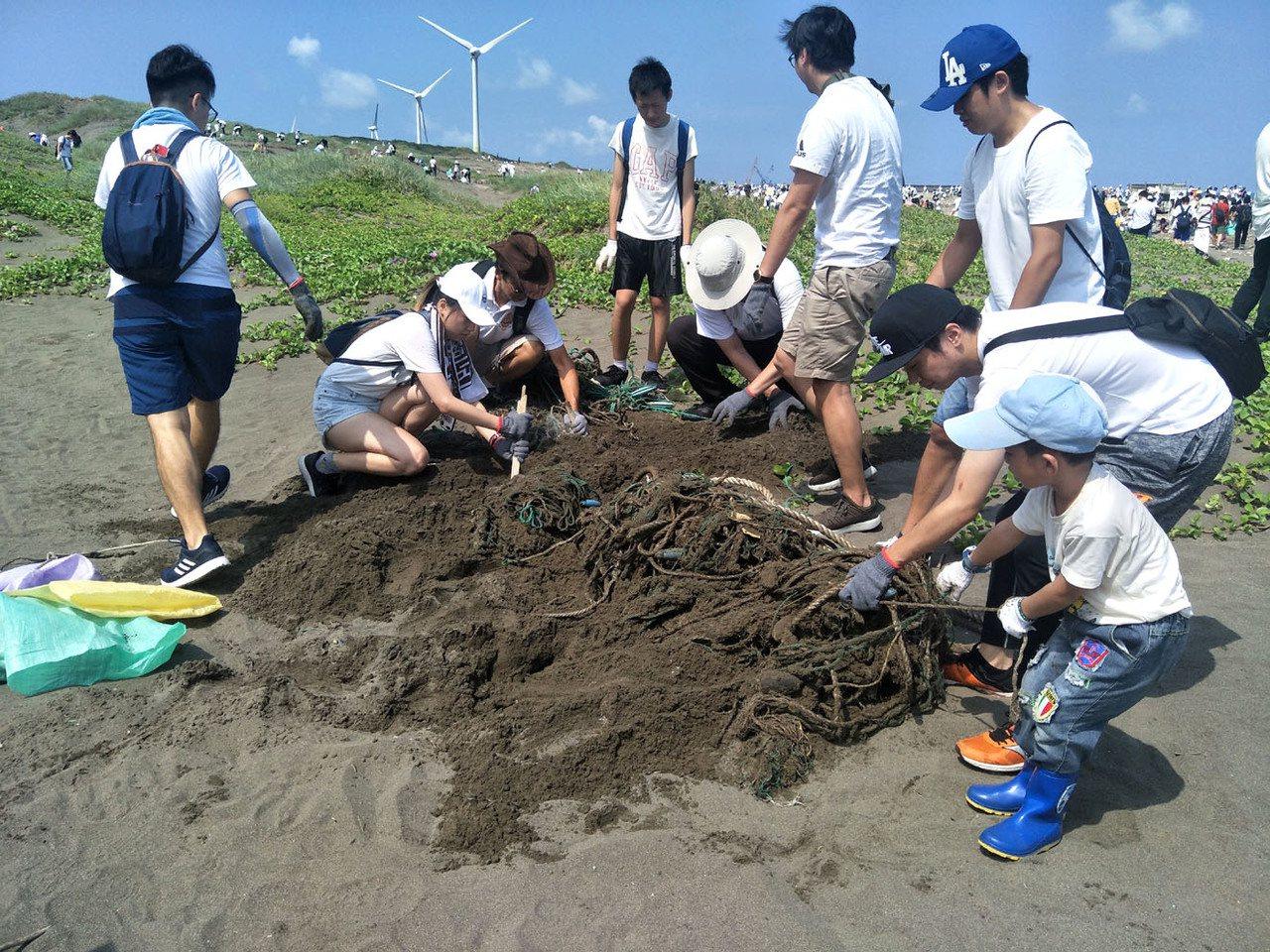 和泰TOYOTA集團全台15縣市16處海岸淨灘減塑總動員,參與員工及志工將觀音海...