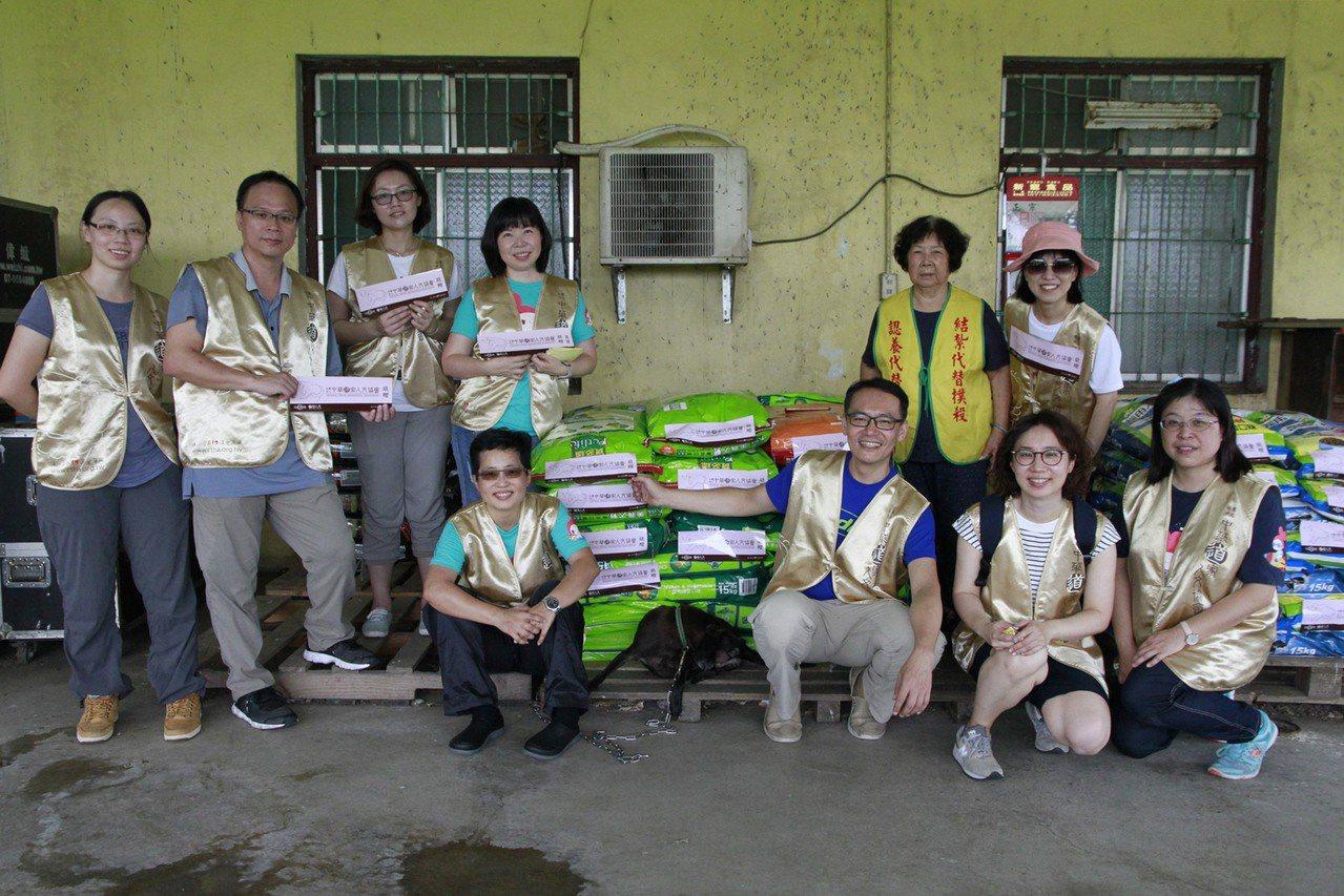 道家人文協會成員專程南下高雄探視林媽媽狗園,捐贈飼料與狗罐頭。記者徐白櫻/翻攝
