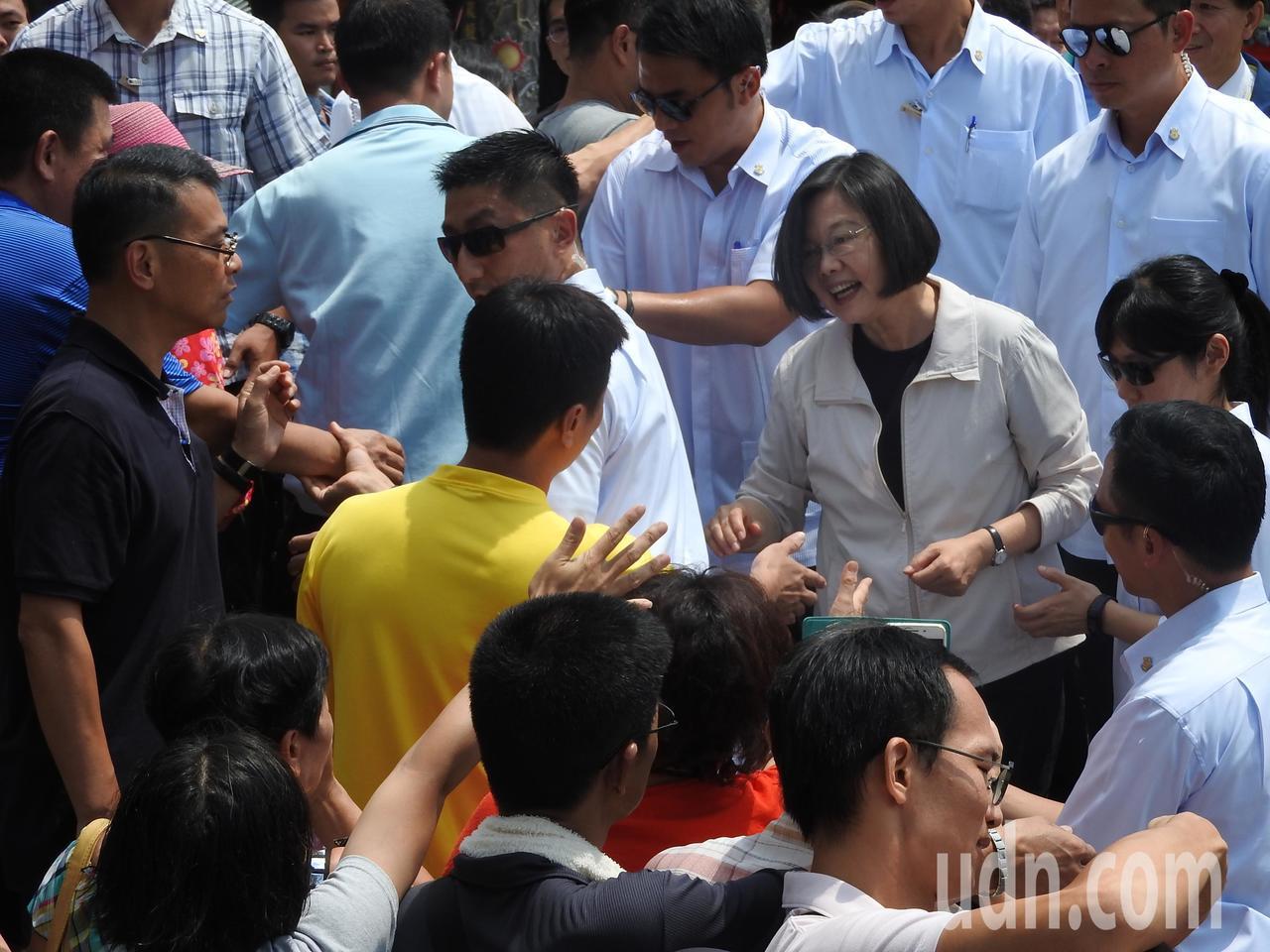 總統蔡英文今赴南投縣埔里鎮地母廟參拜,強調明年是台灣民主自由的重要一戰。記者賴香...