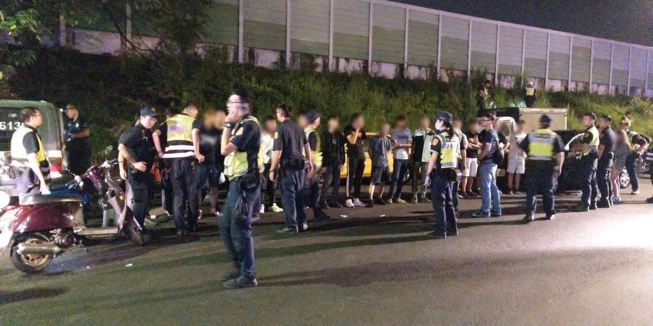 警方將聚眾的20名青年帶回警局,訊後依違反社會秩序維護法送辦。記者柯毓庭/翻攝