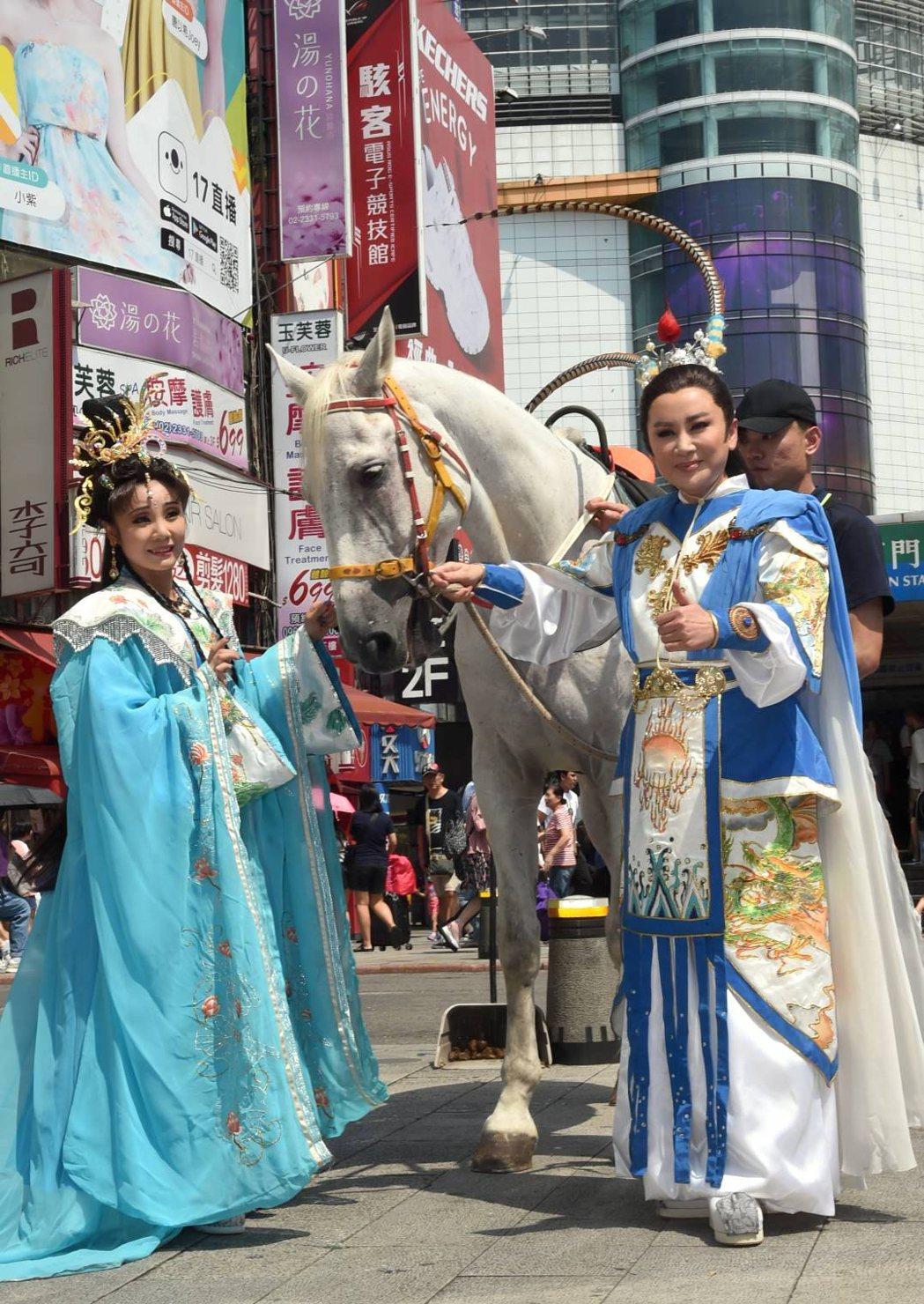 陳亞蘭(右)與林佩儀到西門町為楊麗花歌仔戲「忠孝節義」造勢。圖/麗生百合提供