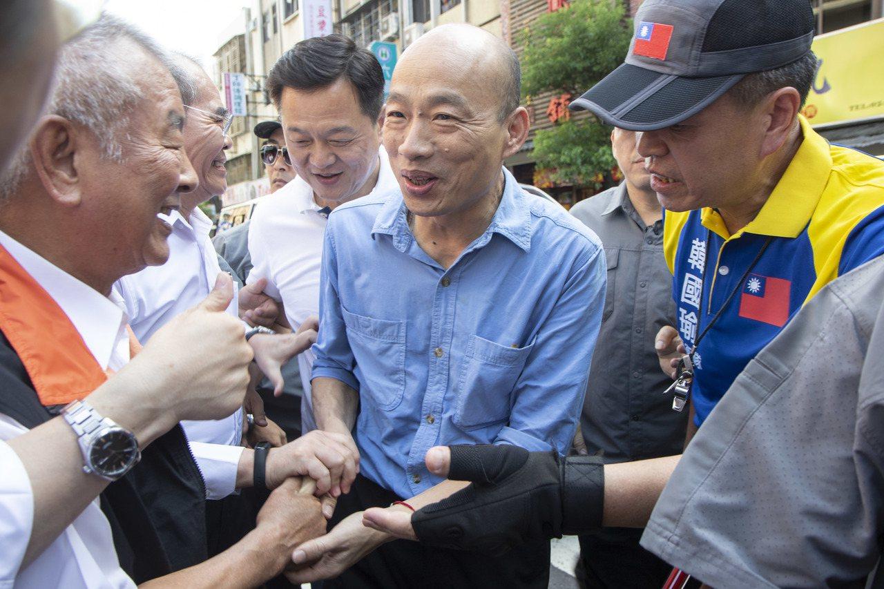 國民黨總統參選人韓國瑜今下午來到蘆洲湧蓮寺,支持民眾高喊「總統好」。記者王敏旭/...
