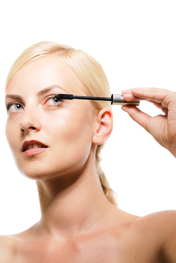護唇膏對睫毛,有很大的功效。圖/摘自pakutaso