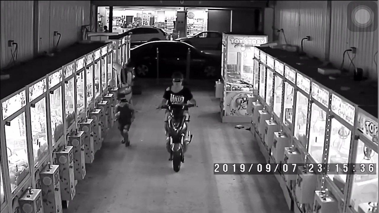 台中市劉姓婦人為了一時方便,竟在5日和昨天深夜把機車騎至開放式店面的夾娃娃機店裡...
