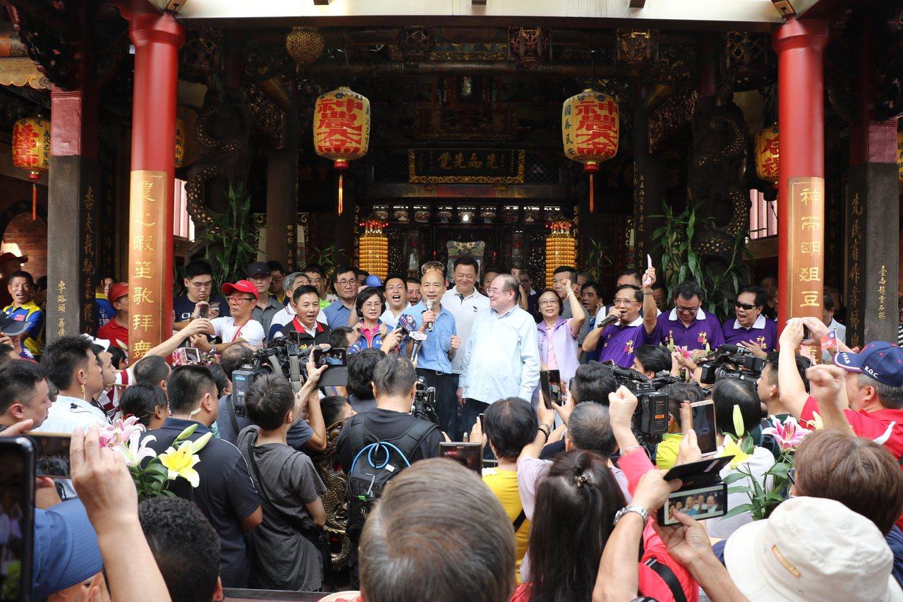 韓國瑜稍早到三重先嗇宮參拜,現場擠滿支持者。記者張曼蘋/攝影