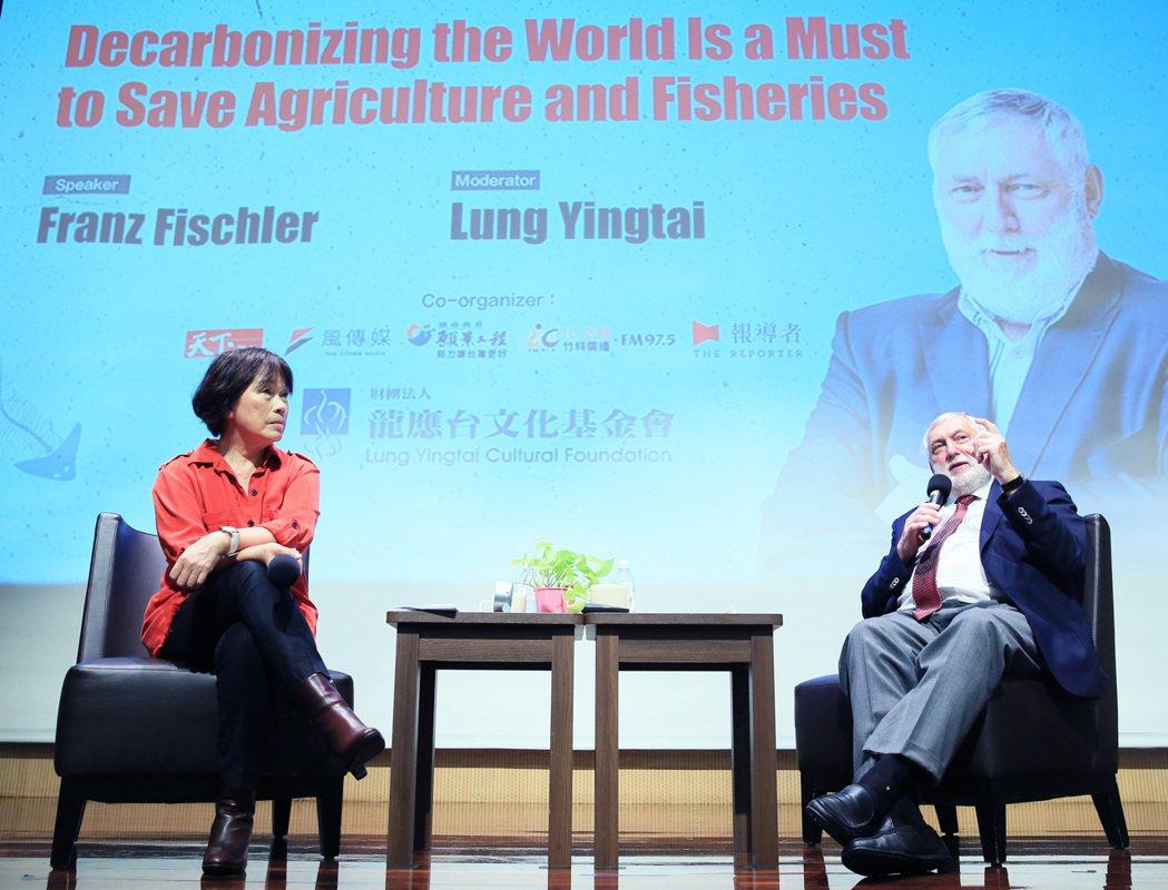 歐洲論壇主席法蘭茲.費雪勒(右)與香港大學孔梁巧玲傑出人文學者龍應台(左)對談。...