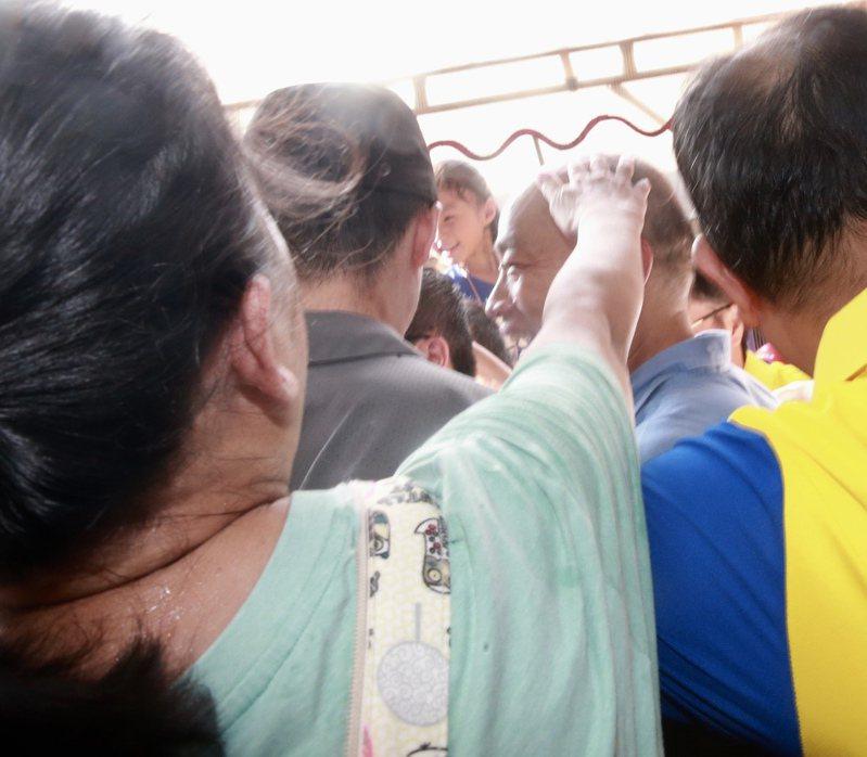 高雄市市長、國民黨總統參選人韓國瑜,前往三重先嗇宮參拜,受到民眾熱烈掌聲歡迎,還有民眾伸手摸韓國瑜的頭,引來韓國瑜一陣錯愕。記者黃義書/攝影