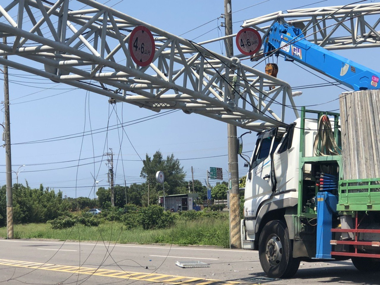 桃園市觀音區中山路一段限高鐵架及漢聲電台傳輸線,遭一輛大貨車未收好的吊臂扯斷,估...