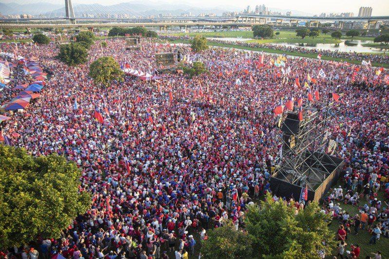 國民黨總統參選人韓國於今在三重幸福水漾公園舉辦造勢晚會,傍晚6點現場已湧入大量民眾。記者王敏旭/攝影