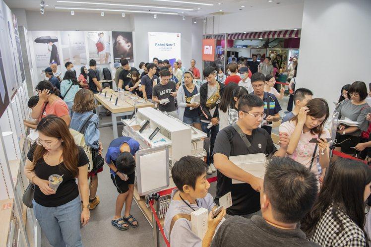 小米屏東環球專賣店開幕首日民眾入店體驗購物踴躍。圖/小米台灣提供