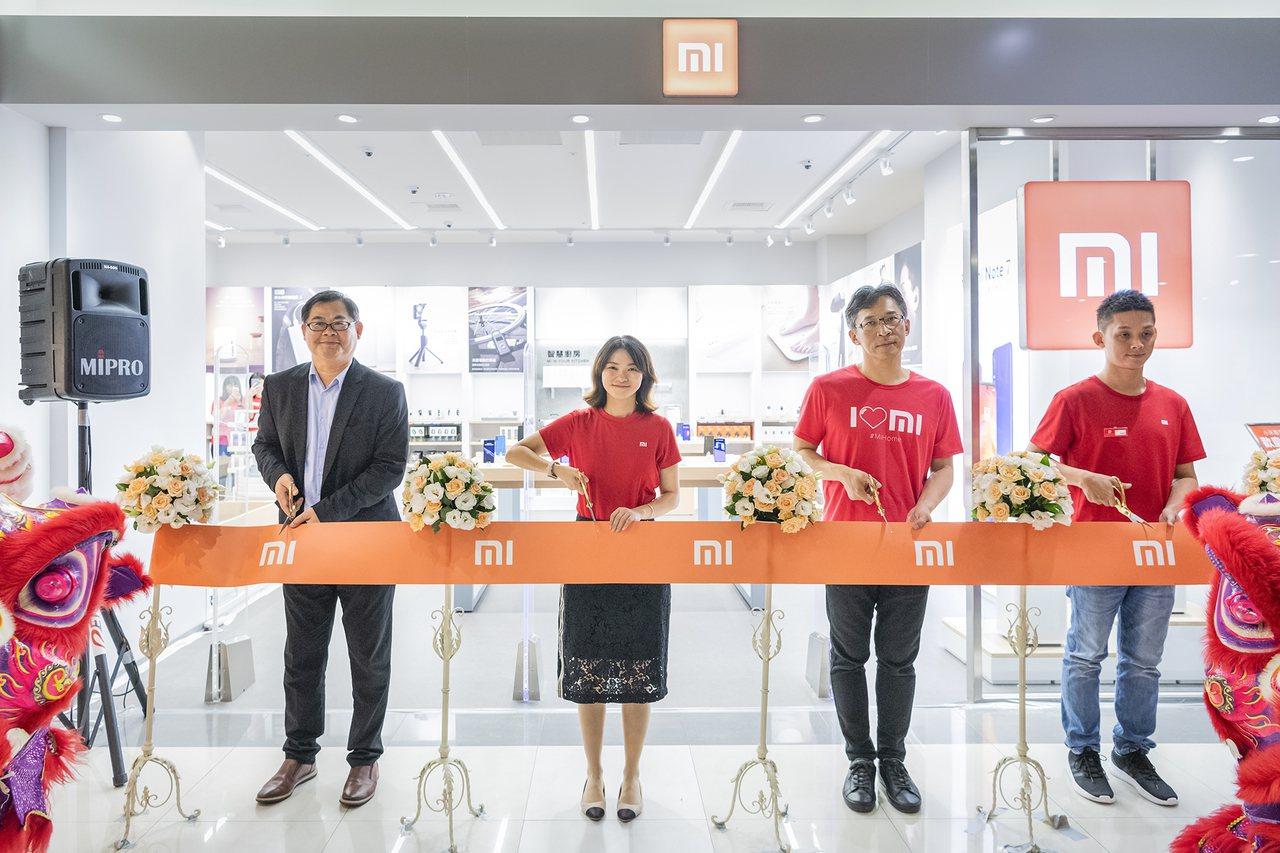 小米屏東環球專賣店9月7日開幕。(由左至右,環球購物中心執行副總經理石傳捷、小米...