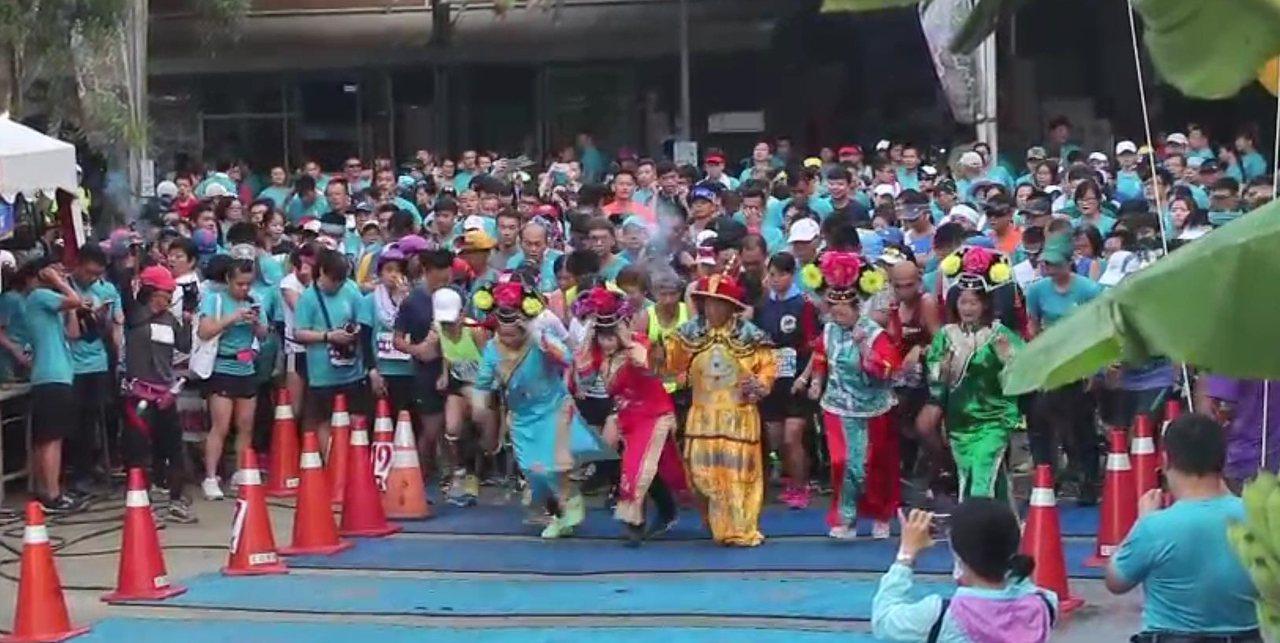台南白河萬里長城遊樂區今天辦理路跑活動,員工們還穿著皇上妃子戲服古裝參與,在人群...