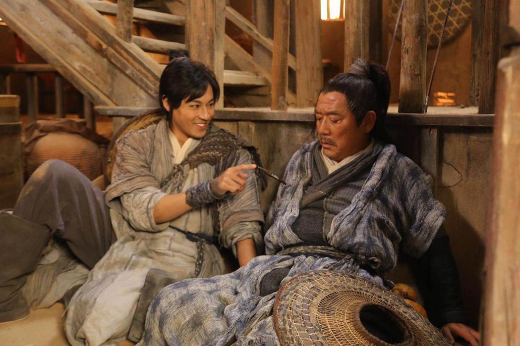 孫其君(左)「大漠江湖」中與李立群對戲。圖/希望娛樂提供
