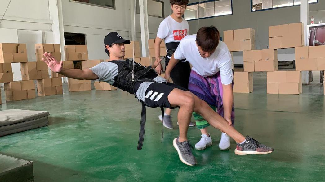 孫其君(左)「大漠江湖」訓練吊鋼絲。圖/希望娛樂提供