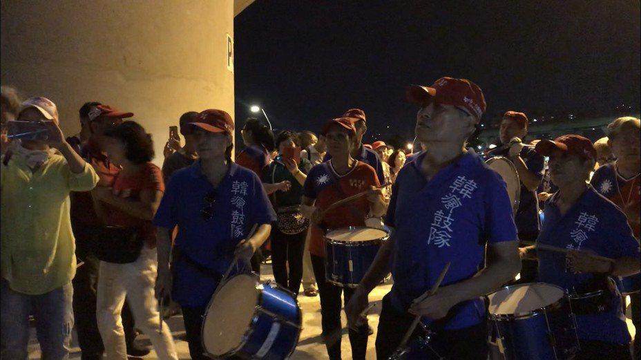 「韓瘋鼓隊」整好隊後一路擊鼓繞全場,希望藉由鼓聲振奮士氣。記者柯毓庭/攝影