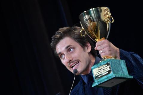 第76屆威尼斯影展今晨(9/08)揭曉獲獎,義大利男星路卡馬林內利(Luca Marinelli)自激烈競爭中脫穎而出,以新片「馬丁伊登」(Martin Eden)愛恨交纏一生的作家角色,一舉擊敗布...