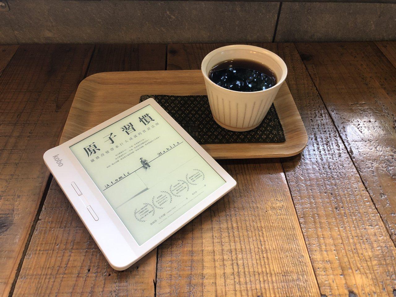 Kobo Libra H2O電子書閱讀器具有7吋螢幕,具防水功能,還有利於單手翻...