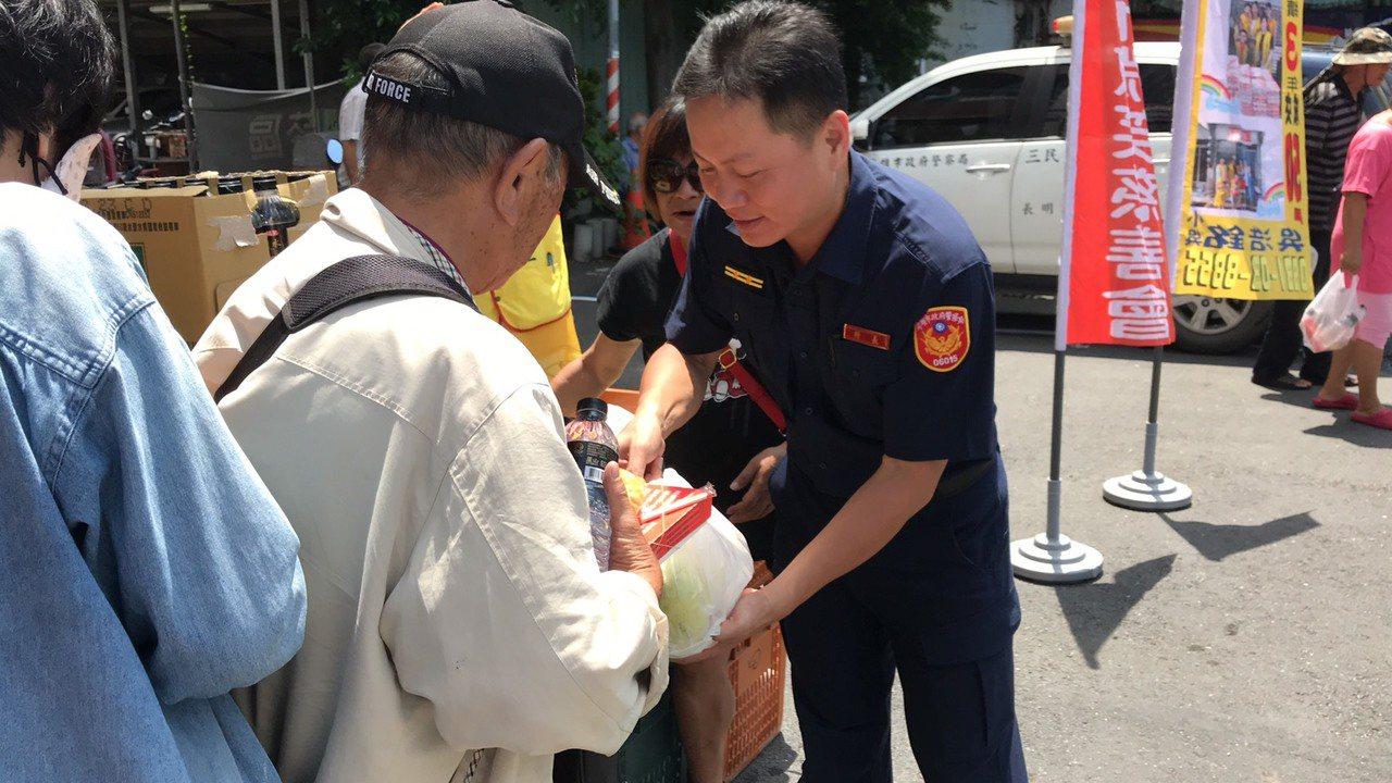 職棒統一獅隊長陳傑憲的母親黃淑娟,因3年前曾在高雄流浪,於火車站吃到一碗善心人士...