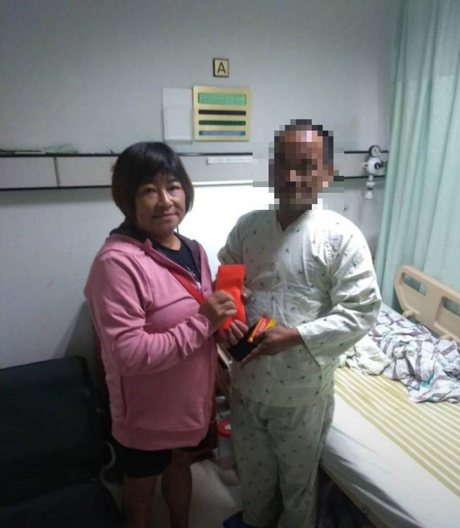 職棒統一獅隊長陳傑憲的母親黃淑娟(左),因3年前曾在高雄流浪,於火車站吃到一碗善...