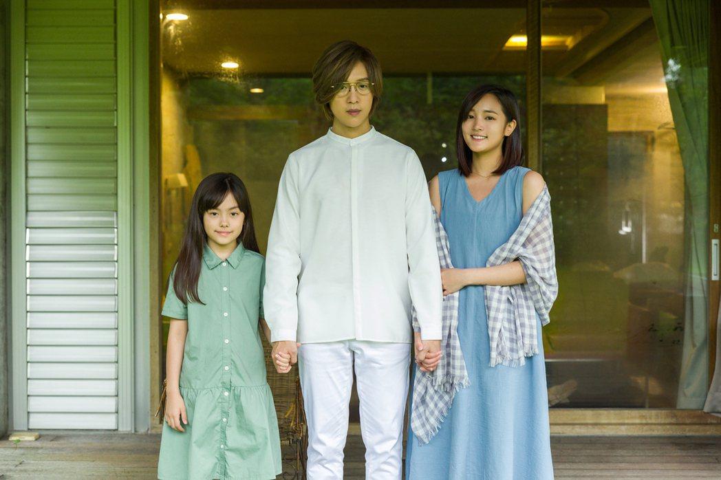 方泂鑌(中)與王淨合作新歌「把你還給你」MV。圖/海蝶提供