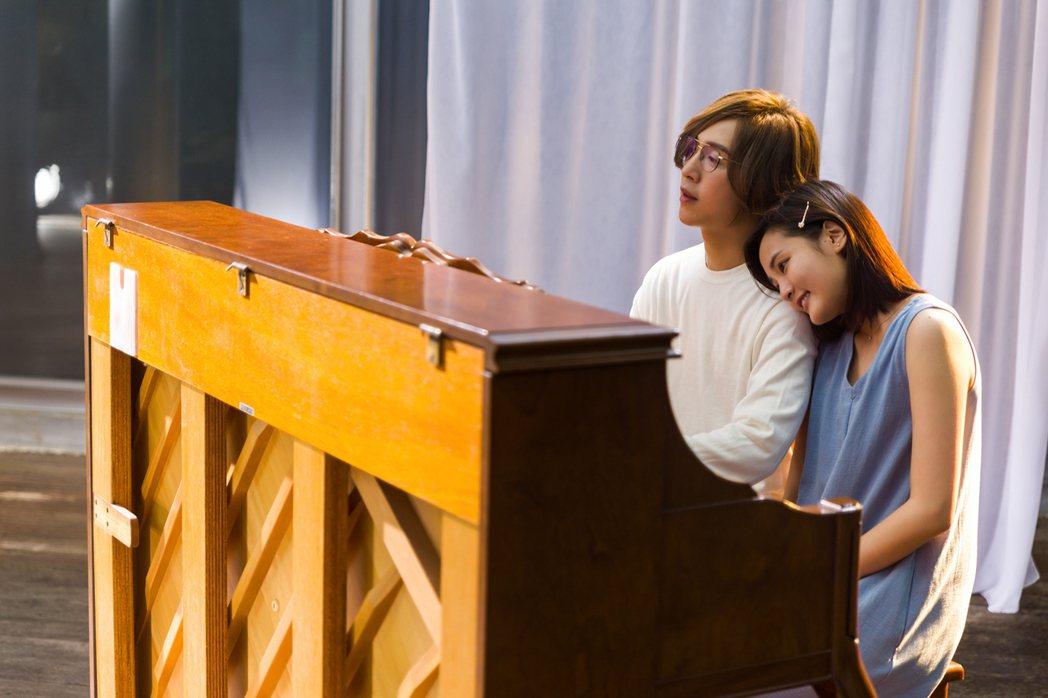 王淨(右)依偎著方泂鑌,直呼對方是自己學生時期的偶像。圖/海蝶提供