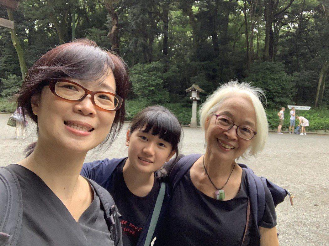 雷光夏(左)帶家人赴日旅行。圖/聲音紡織提供
