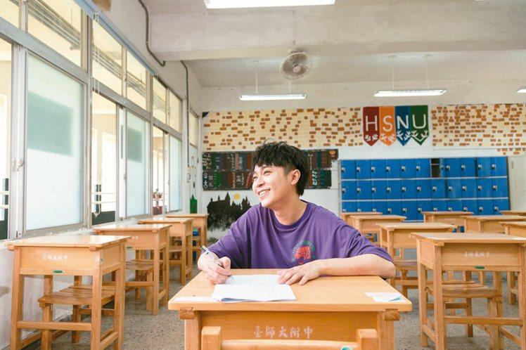 青峰坐在附中教室,遙想當年的自己。記者陳立凱/攝影