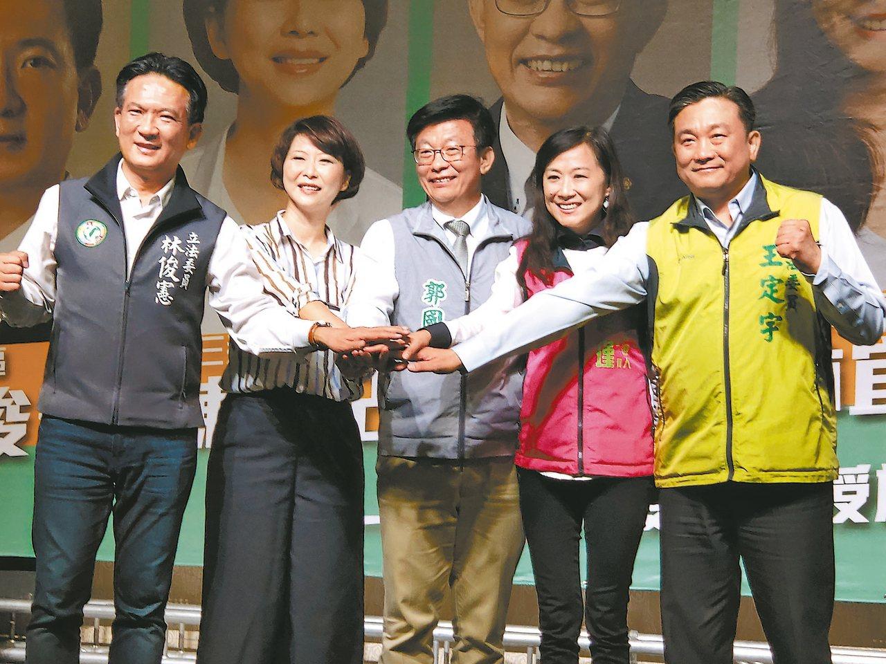 台南醫界舉辦後援大會,立委林俊憲(左起)、陳亭妃、郭國文、林宜瑾和王定宇都出席。...