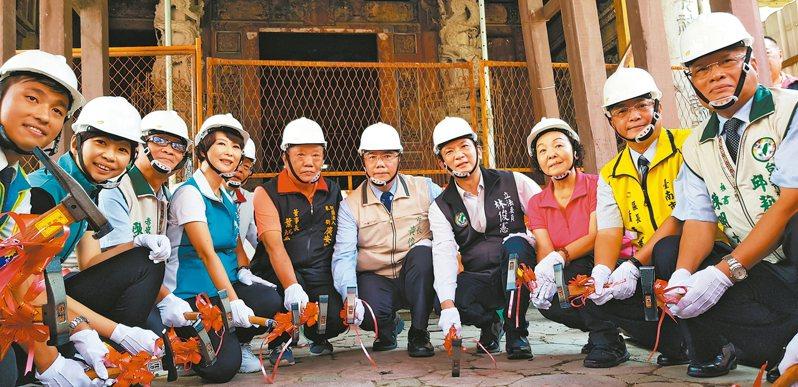 台南中西區廣安宮年久失修,市長黃偉哲(右五)等人昨天啟動修儀式。 記者修瑞瑩/攝影