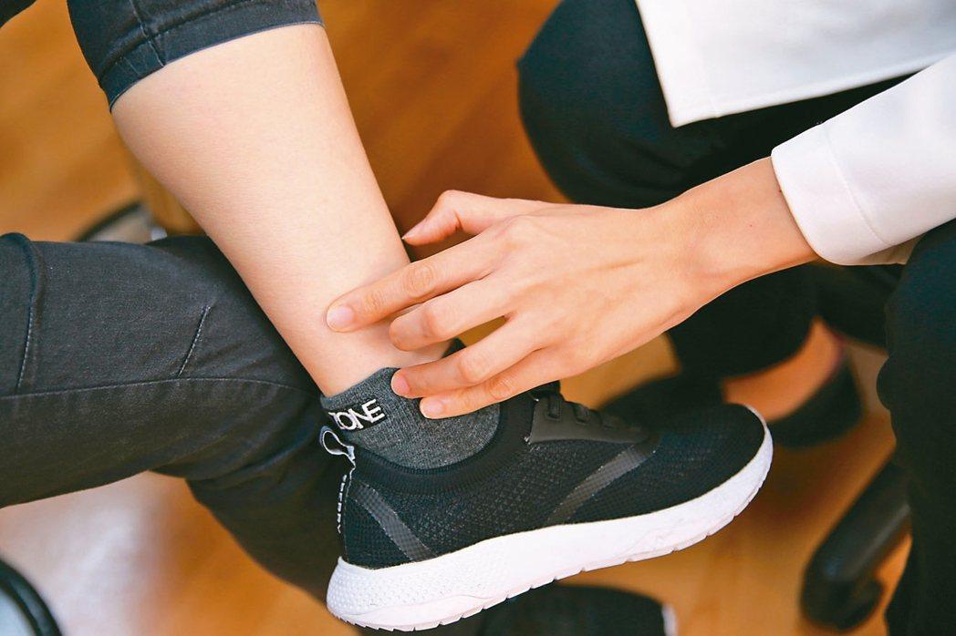 花蓮慈院中醫師黃曉怡說,每天持續按壓小腿內側的三陰交穴道5分鐘,能緩解經痛。 圖...