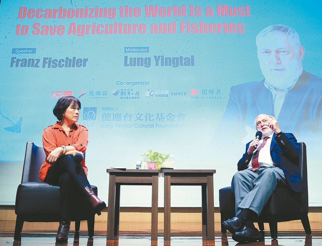 歐盟前官員法蘭茲費雪勒(右),昨應龍應台基金會之邀來台演說。左為論壇主持人龍應台...
