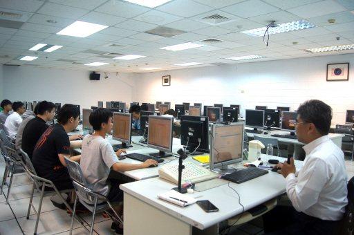 邁向AI時代,各大學紛要求學生必修程式設計,也越來越多資訊相關科系釋出申請入學招生名額,將程式檢測列檢定篩選項目。 記者張錦弘/攝影