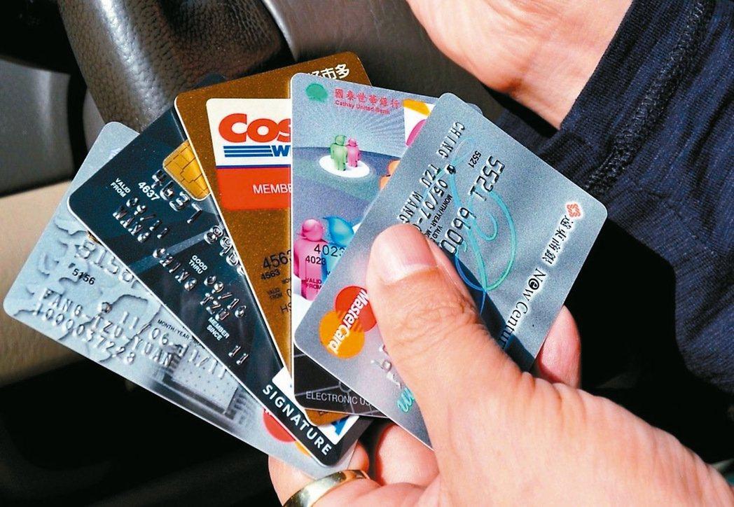 用高回饋信用卡付保費,要留意回饋條件。 圖/聯合報系資料照片