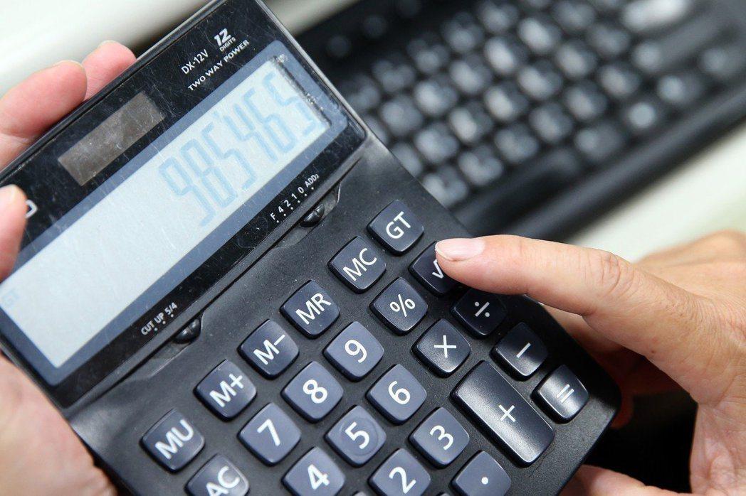 小資族要懂得精打細算,繳保費也有省錢門道。 圖/聯合報系資料照片