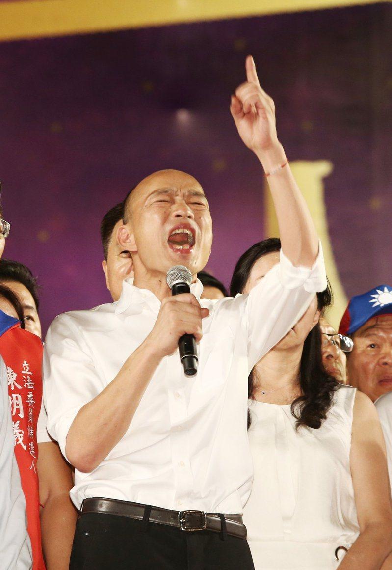 國民黨總統參選人韓國瑜昨天在新北市三重舉辦造勢晚會,韓特別穿上白襯衫,嗆黑韓產業鏈「放馬過來」。 記者曾原信/攝影