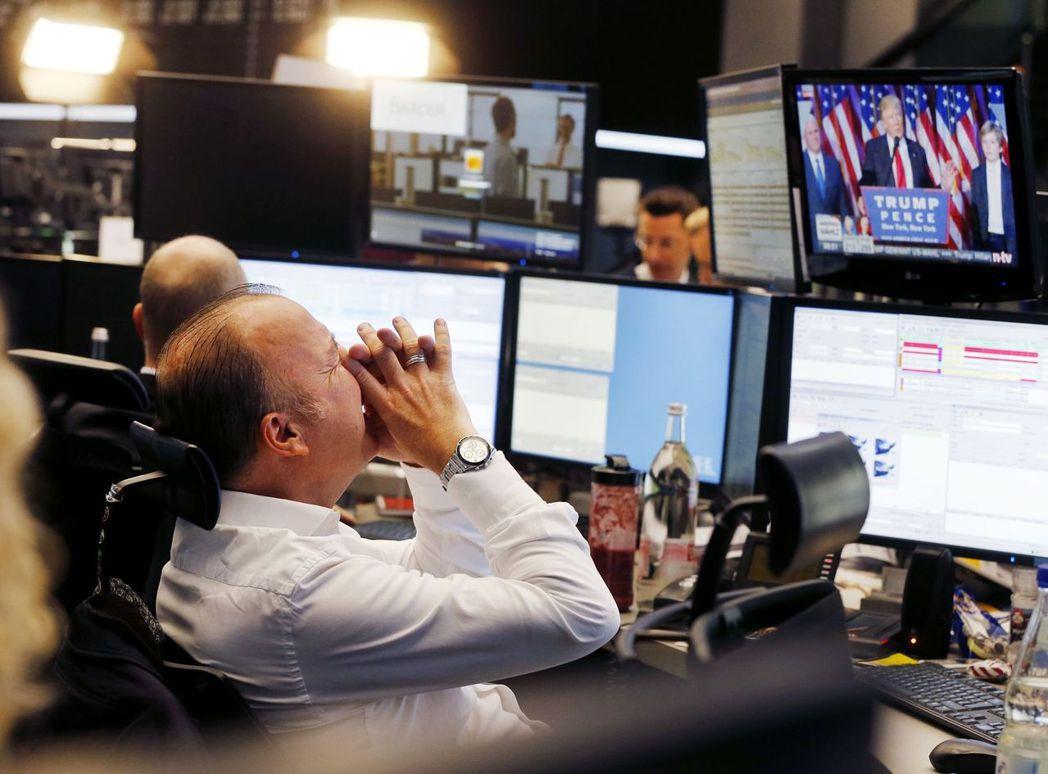 用「川普投顧」預測美股,幾乎完勝所有分析師。圖為一名證券交易所交易員在觀看川普演...