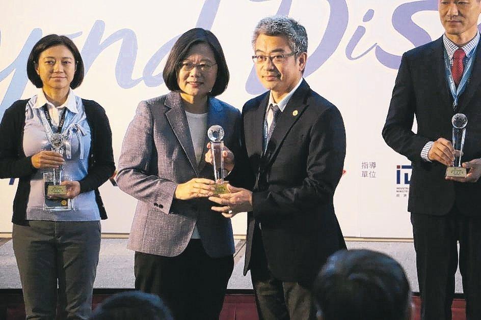 總統蔡英文頒獎給奇鼎科技總經理陳文彬(右二)。 奇鼎科技/提供
