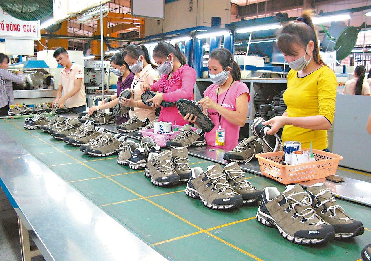 美中貿易情勢嚴峻,許多產業為分散風險,陸續撤離大陸市場。圖為製鞋廠生產線。 本報...